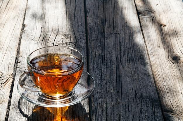 Bicchiere di tè alla luce del sole