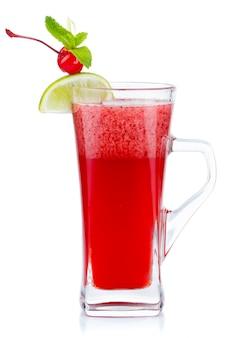 Bicchiere di tè caldo alla frutta con menta fresca e ciliegia bacca isolato