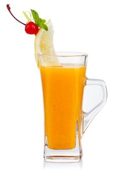 Bicchiere di tè caldo alla frutta con menta fresca e limone isolato