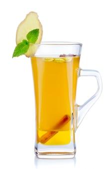 Bicchiere di tè caldo alla frutta con menta fresca e spezie isolati