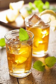 Bicchiere di tè freddo al limone e melissa