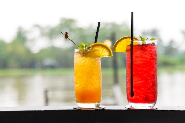 Bicchiere di tè freddo fresco al limone e fragola con ghiaccio