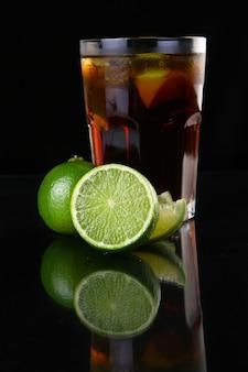 Bicchiere di tè freddo fresco con lime