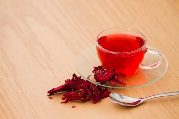 Bicchiere di tè rosso