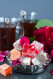 Bicchiere di tè turco e delizia rahat