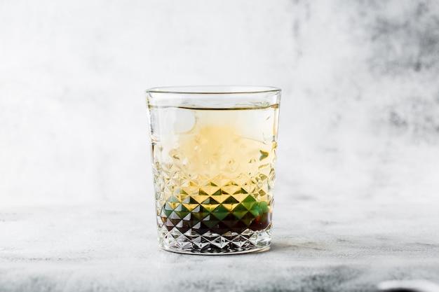Bicchiere di tè verde freddo al limone, isolato su sfondo di marmo luminoso. vista dall'alto, copia spazio. pubblicità per menu bar. caffetteria foto orizzontale.