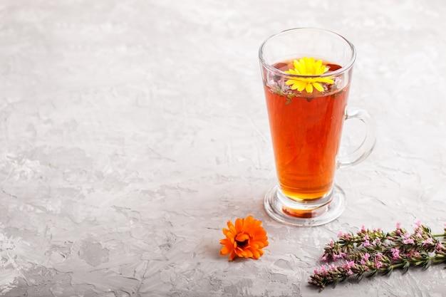 Bicchiere di tisana con calendula e issopo