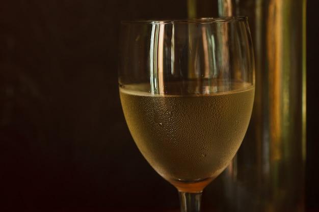 Bicchiere di vino bianco, bottiglia di vino bianco