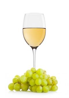 Bicchiere di vino bianco con uva verde su sfondo bianco