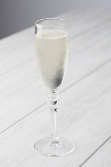 Bicchiere di vino bianco frizzante