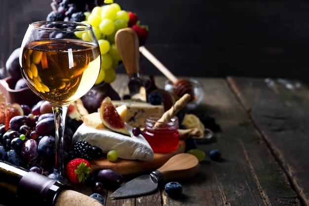 Bicchiere di vino bianco sul tavolo da picnic.