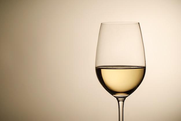 Bicchiere di vino con lo spazio della copia e del vino bianco