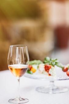 Bicchiere di vino con quiche sfocata