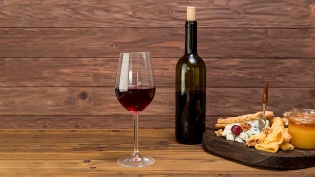 Bicchiere di vino con un tapa