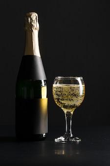 Bicchiere di vino e bottiglia di champagne