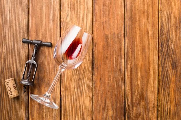 Bicchiere di vino e cavatappi copia spazio
