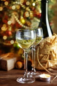 Bicchiere di vino e decorazioni natalizie
