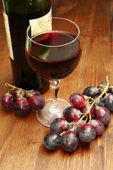 Bicchiere di vino e uva rossa