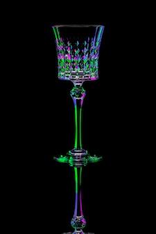 Bicchiere di vino nell'illuminazione luminosa isolata