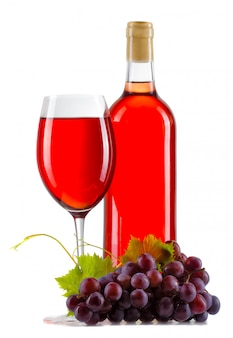 Bicchiere di vino rosato con bottiglia e uva matura isolato