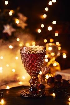 Bicchiere di vino rosso club di fumo. sfondo bokeh.