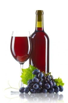 Bicchiere di vino rosso con bottiglia e uva matura isolato