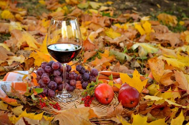 Bicchiere di vino rosso con uva e pere