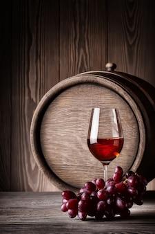 Bicchiere di vino rosso con uva