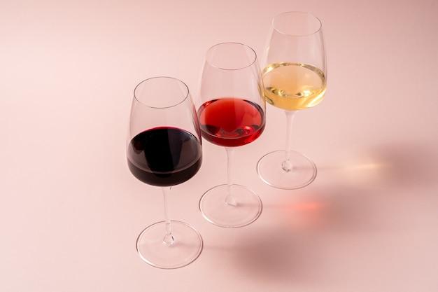 Bicchiere di vino rosso e bicchiere di vino rosato e bicchiere di vino bianco