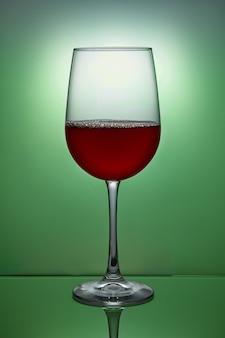 Bicchiere di vino rosso sul verde
