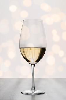 Bicchiere di vino semplicistico con effetto bokeh