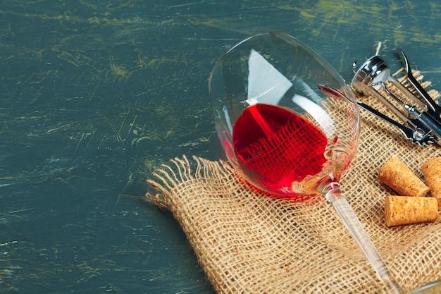 Bicchiere di vino su fondo in legno