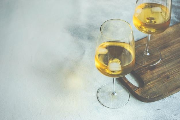 Bicchiere di vino su rustico