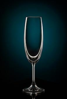 Bicchiere di vino vuoto sul buio