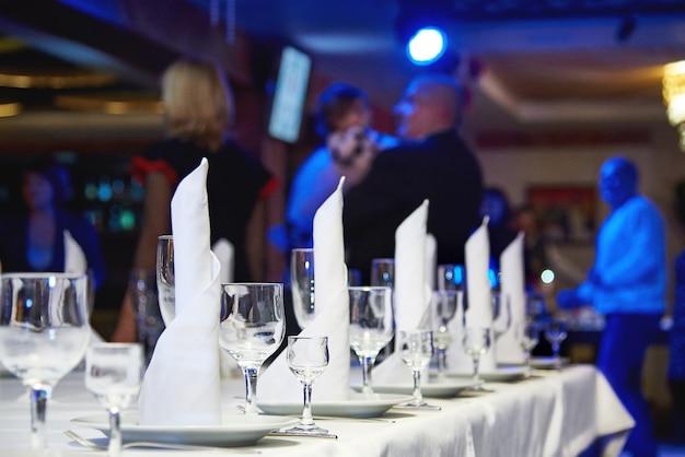 Bicchiere di vino vuoto sul tavolo del banchetto. tavolo apparecchiato per un banchetto o una cena.