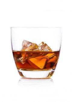 Bicchiere di whisky con cubetti di ghiaccio su sfondo bianco