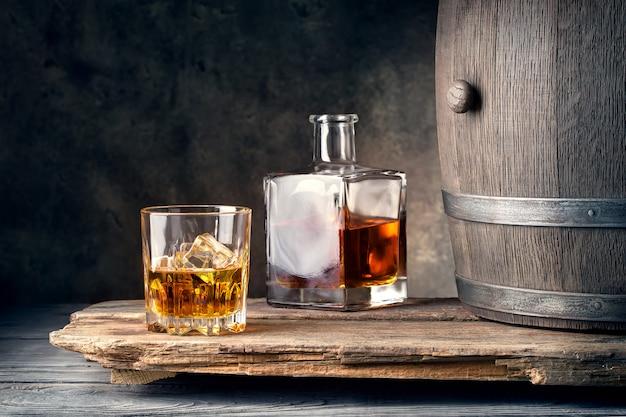 Bicchiere di whisky con decantatore di ghiaccio e botte
