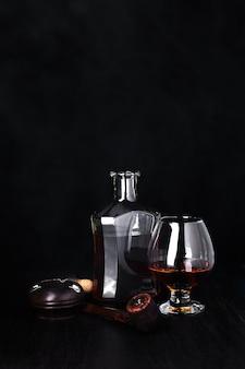 Bicchiere di whisky con sigaro di fumo. whisky, tabacco