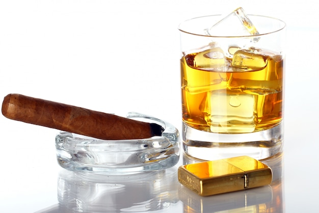 Bicchiere di whisky e sigari