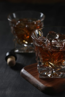 Bicchiere di whisky o bourbon, solo con ghiaccio