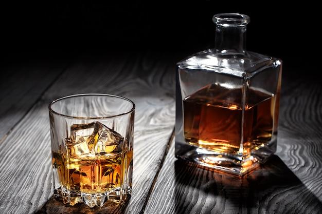 Bicchiere di whisky retroilluminato con ghiaccio