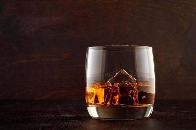 Bicchiere di whisky su un tavolo di legno