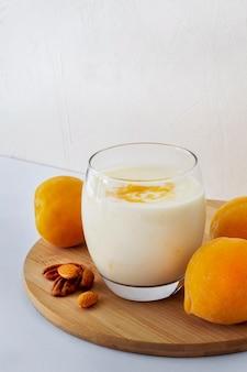 Bicchiere di yogurt ad alto angolo con frutta