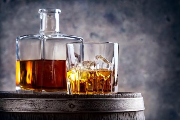 Bicchiere e decanter di whisky sulla canna