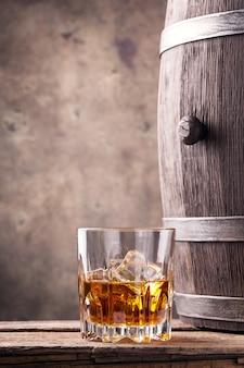 Bicchiere e una botte di whisky