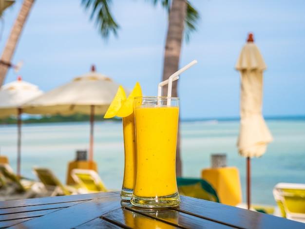 Bicchiere ghiacciato con frullati di mango