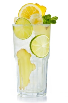 Bicchiere pieno di succo di betulla fresco con foglie di limone, zenzero e menta