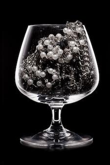 Bicchiere pieno di vari gioielli