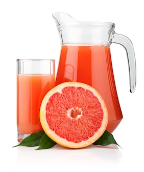 Bicchiere pieno e brocca di succo di pompelmo e frutta isolata