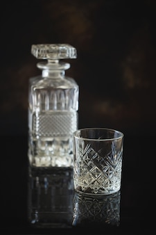 Bicchiere vuoto per whisky o bourbon con decanter quadrato in cristallo